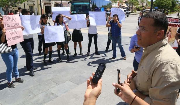 02 FOTO NOTA ATIENDE DIRECTOR DE SEGURIDAD PÚBLICA A FAMILIARES DE JOVENCITAS CON REPORTE DE DESAPARECIDAS..jpeg