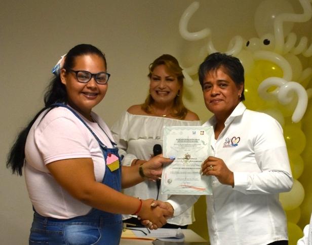 La directora de DIF Pueblo Nuevo Rosaura Alvarez, esta invitando al curso de mascadas y accesorios con apoyo de ICATEBCS ..JPG