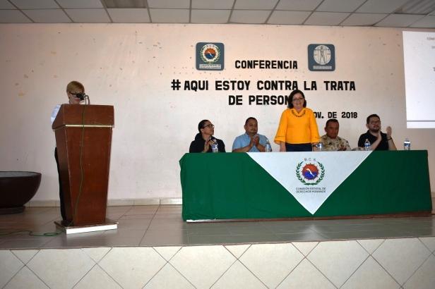 La presidenta de DIF, maestra Claudia Gonzalez Armenta, presidenta de DIF presidio la Conferencia con el tema Aqui Estoy contra trata de personas..JPG
