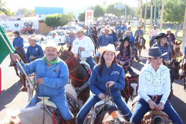Encabeza la Alcaldesa Arely Arce la tradicional cabalgata Loreto-San Javier.JPG