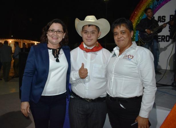 La presidenta de DIF Claudida Gonzalez y la directora, Rosaura Alvarez A.  encabezaron los festejos del Dia Internacional de la Discapacidad.JPG