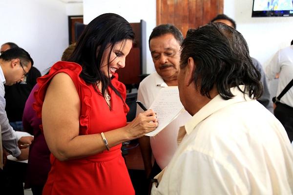 01 Atención directa a la población de Cabo San Lucas brinda Alcaldesa Armida.JPG