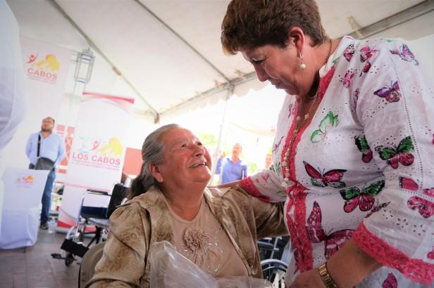 04 Entrega apoyos el SMDIF Los Cabos durante Audiencia Publica en Miraflores