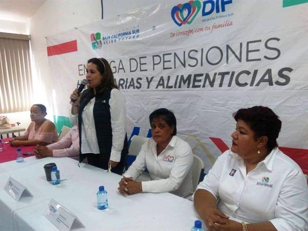 La presidenta de SEDIF Gabriela Velazquez de Mendoza, entrego pensiones umanitarias a personas con Discapacidad y Adultos Mayores