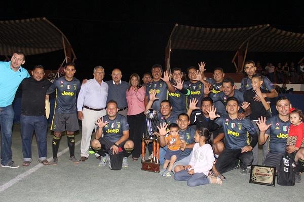 Alcalde premia a los ganadores de la Liga de Futbol Siete Empresarial y de Barrios en Comondú