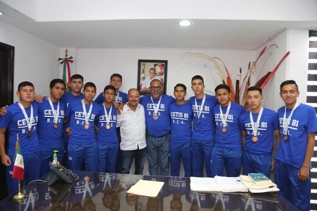 Walter Valenzuela felicita a jóvenes del CETIS 81, ganadores del campeonato nacional de futbol interprepas.jpg