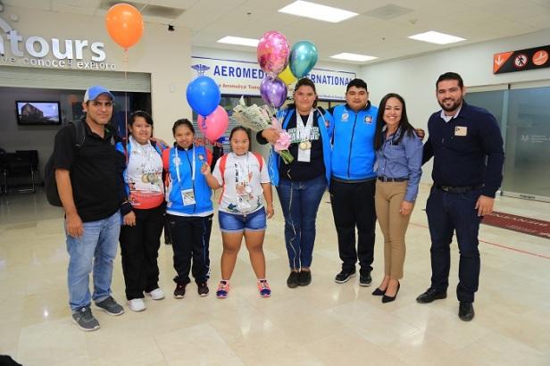 04 Entre aplausos y felicitaciones fueron recibidos Medallistas Paralímpicos Cabeños..JPG