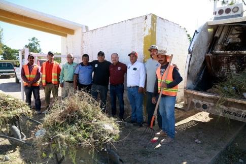 Dr. Walter Valenzuela supervisa los trabajos de limpieza en panteones municipales2