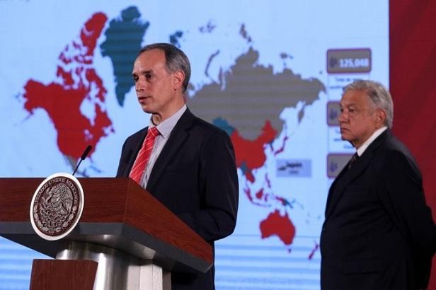 Hugo López-Gatell, subsecretario de Prevención de la salud, y Andrés López Obrador, presidente de México, durante la conferencia matutina.