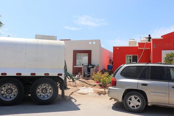 02 Este fin de semana, 128 mil litros de Agua Potable distribuyó Oomsapas Los Cabos a vecinos de Lomas del Valle en CSL 4
