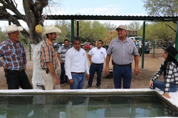 Alcalde y funcionarios durante la visita al rancho Santa Rosa